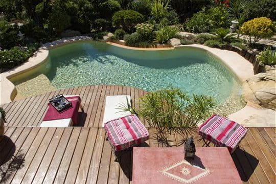 Ambiance cocooning pour cette piscine à débordement
