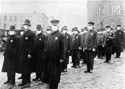 décembre 1918 , policiers à seattle portant des masques de la croix-rouge pour