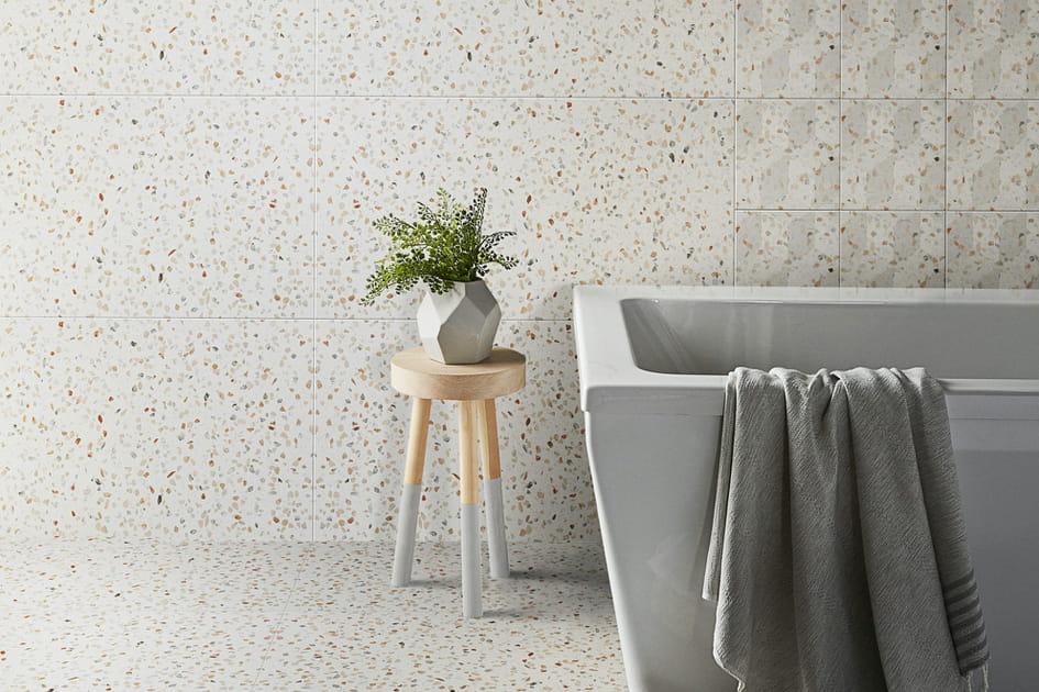 Revêtement effet terrazzo dans la salle de bains