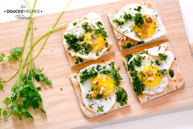 Toasts suédois aux oeufs de caille, cerfeuil et noix