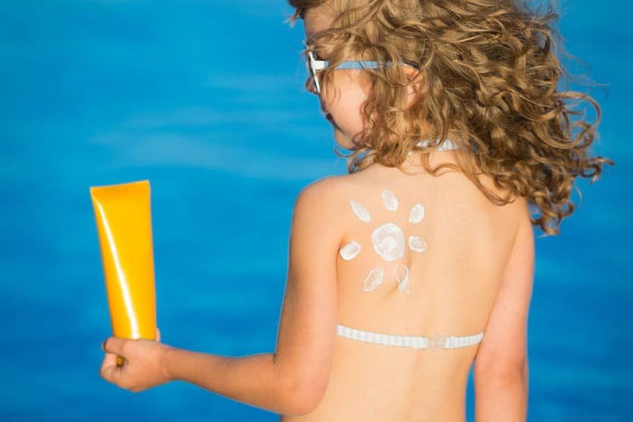 Ces 5 crèmes solaires pour enfants ne protègent pas des UVA selon l'UFC Que Choisir