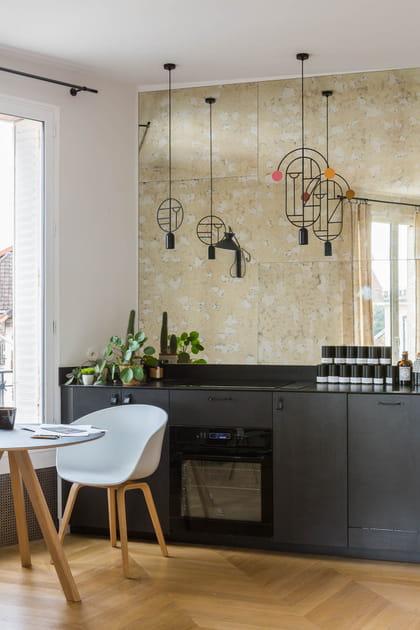 Une cuisine en I entre noir et miroir