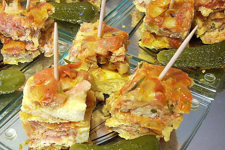 Omelette à la tomate et au jambon serrano