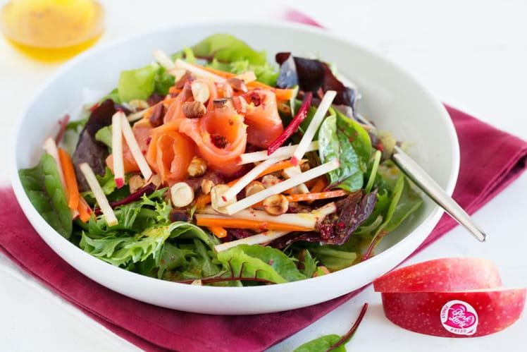 Juliennes de pommes Pink Lady® et salade de mesclun au saumon fumé
