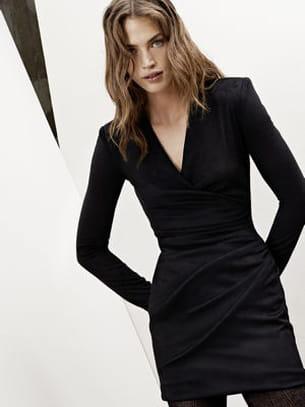 Une robe noire graphique pour un style chic et intemporel