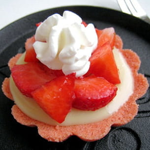tartelettes chocolat blanc-fraises sur biscuits roses de reims