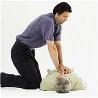 le massage cardiaque : un geste de secours à connaître par cœur.