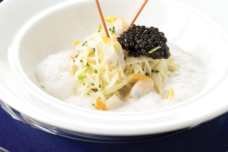 Caviar Akitania Nouvelle Récolte, spaghetti de pomme de terre, nage de coques, coques, écume de Champagne au citron vert