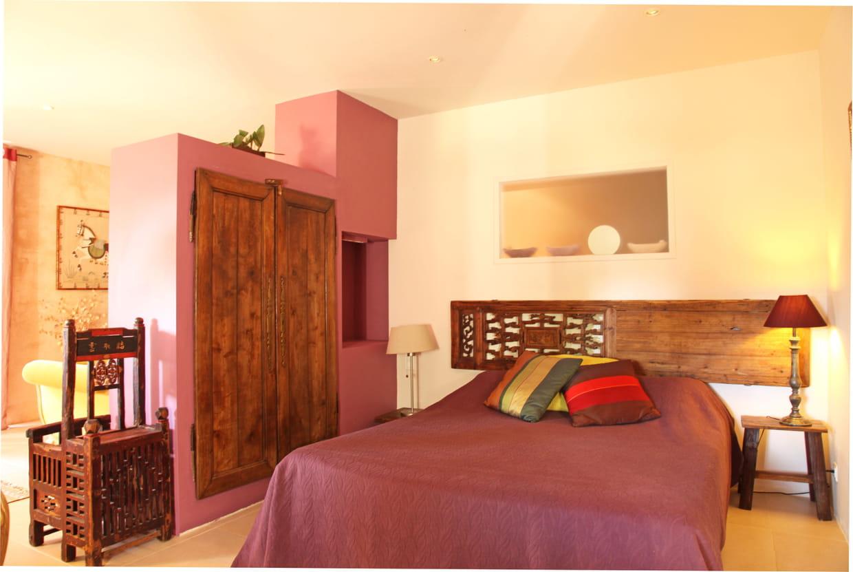dans une chambre. Black Bedroom Furniture Sets. Home Design Ideas