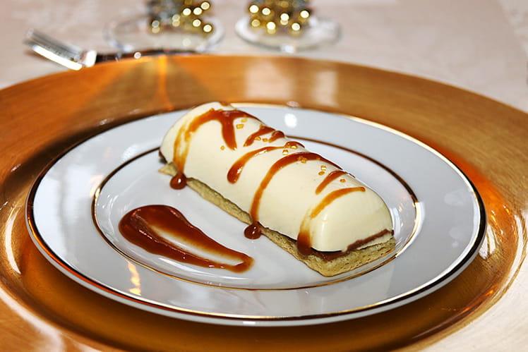 Bûchette de Noël vanille coeur coulant caramel au beurre salé et son croustillant pralinoise.