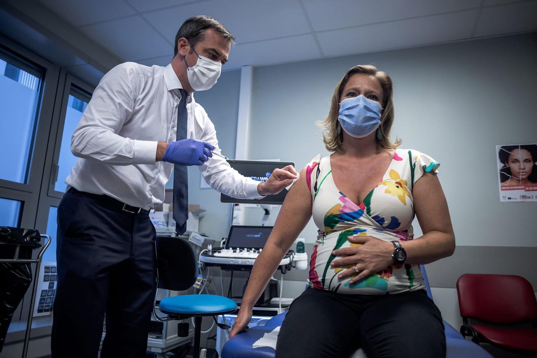 Olivier Véran vaccine une ministre enceinte (et gaffe)