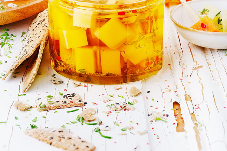 Petits cubes de fromage marinés