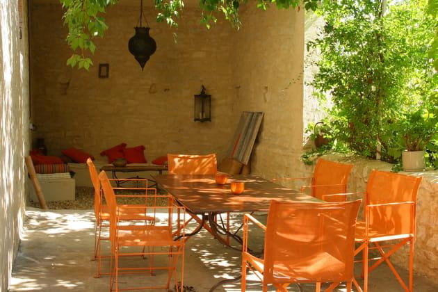 Des chaises de jardin oranges