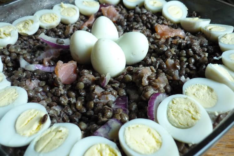 Salade de lentilles, saumon fumé, oeufs de caille et oignon rouge