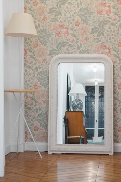 Miroir ancien adossé au mur pour agrandir l'entrée