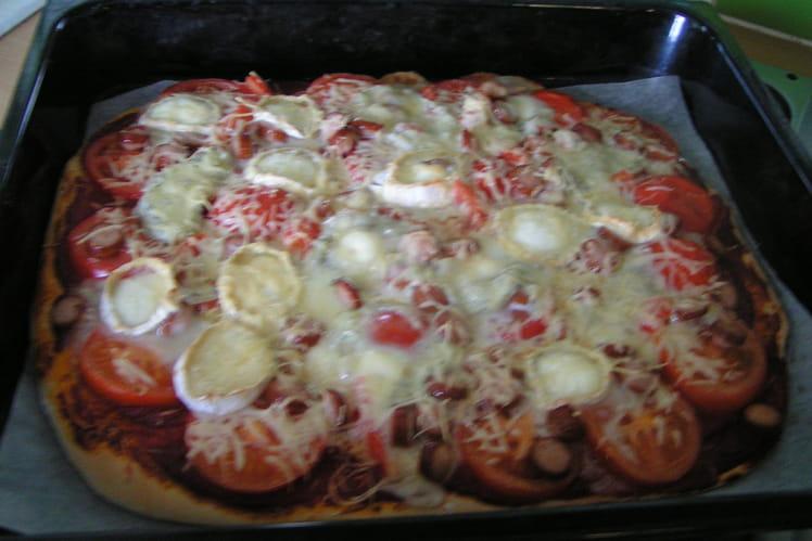 Pizza saucisse de strasbourg et chèvre