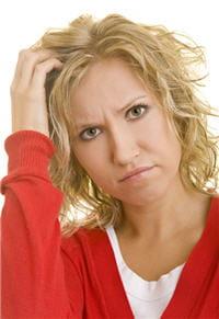 l'alopécie évolue selon 3 stades, différents chez les hommes et chez les