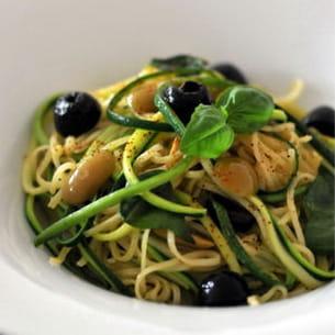 spaghettis aux olives et pignons