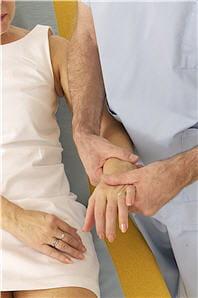 la kinésithérapie aide à retrouver l'usage du membre atteint.