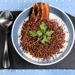 lentilles sur crème d'ail, tranches de lard grillé