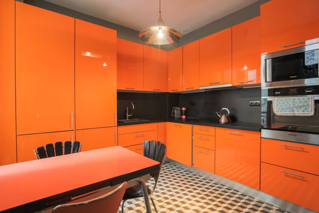 Une cuisine orange et noire