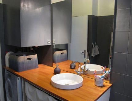 Une salle de bains gris et bois