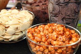 quelques-uns des toppings : pépites de chocolat, noisettes entières...