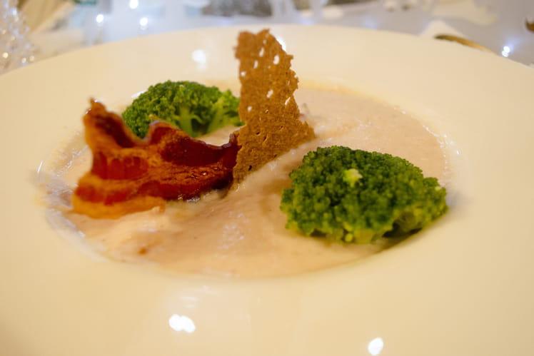 Crème de chou-fleur au lard fumé, nage de brocolis, chips de lard et tuile de sarrasin