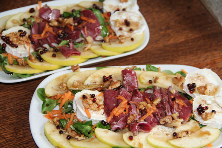 Salade d'hiver à la mâche, pomme, carotte, magret, chèvre et noix