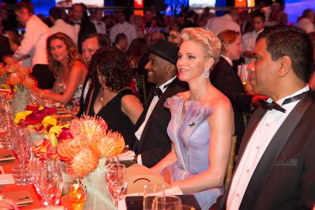La belle Charlene au milieu des invités
