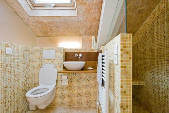 Une salle d'eau aux tons chaleureux
