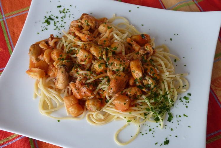 Recette de spaghetti aux fruits de mer la recette facile - Pates aux fruits de mer vin blanc ...