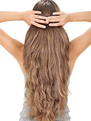 la chevelure, symbole éternel de féminité.