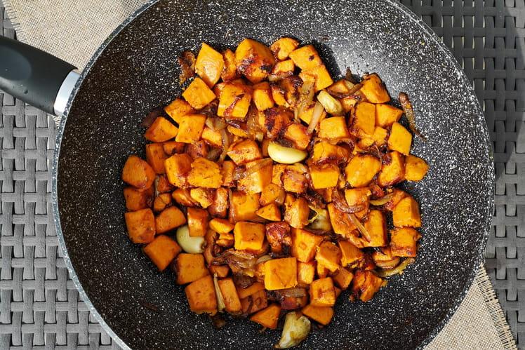 Poêlée de patates douces sautées aux oignons, à l'ail et au thym