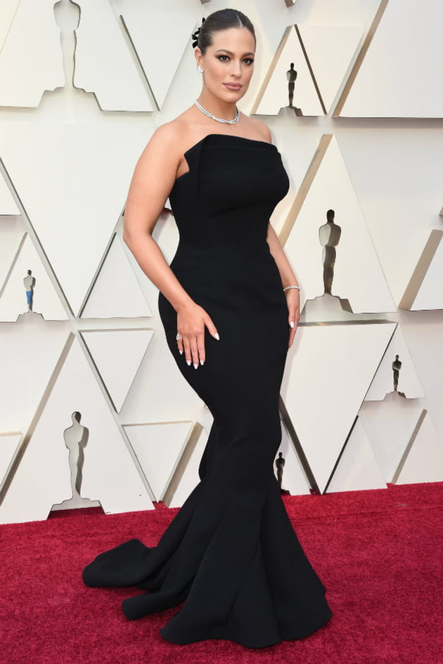 top   ashley graham en robe bustier noire zac posen