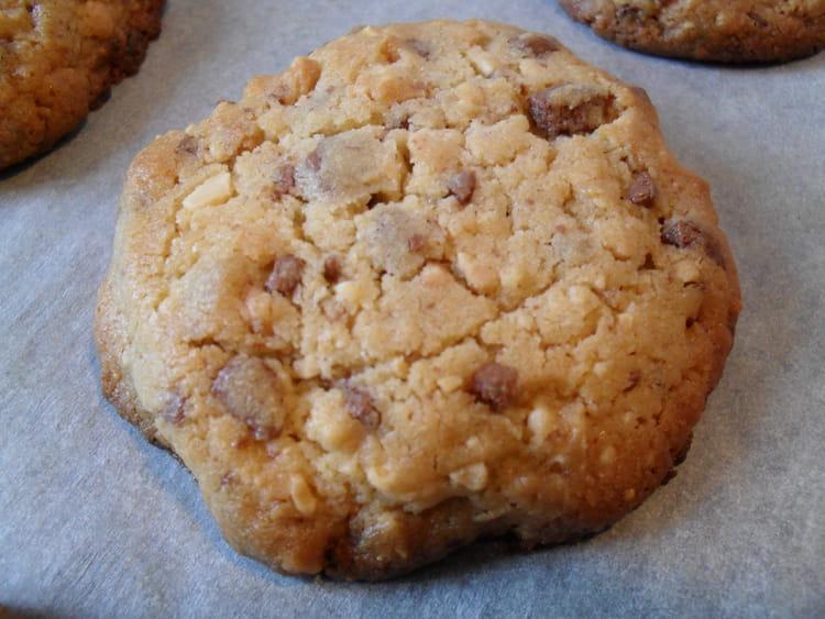 recette de cookies aux clats de cacahu tes et p pites de chocolat au lait la recette facile. Black Bedroom Furniture Sets. Home Design Ideas