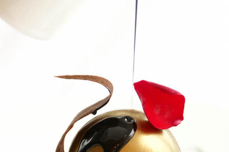 Sphère de chocolat fourrée mousse chocolat praliné