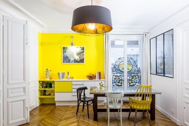 Un mur jaune dans la cuisine ouverte