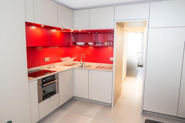 Une nouvelle cuisine blanche et rouge