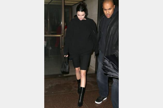 Kendall Jenner en total look noir