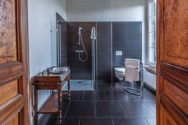 Salle de bains noir et bois