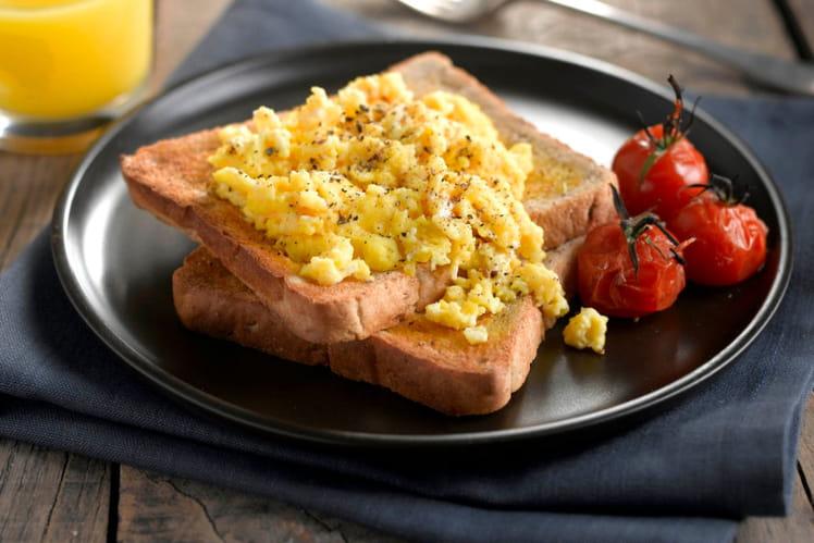 Tartines aux œufs brouillés