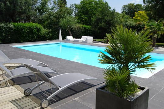 Une piscine parfaitement int gr e au jardin paysag for Jardin avec piscine design