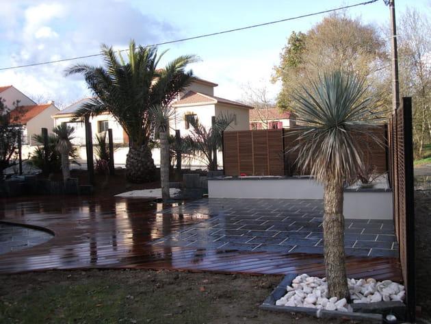Un jardin sec et exotique avec terrasse
