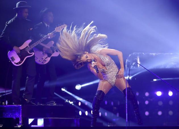 J.Lo et sa tignasse de rêve sur la scène des Grammy Awards