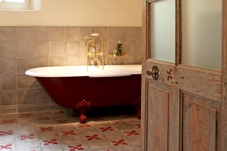 La baignoire sur pieds trône dans la salle de bains