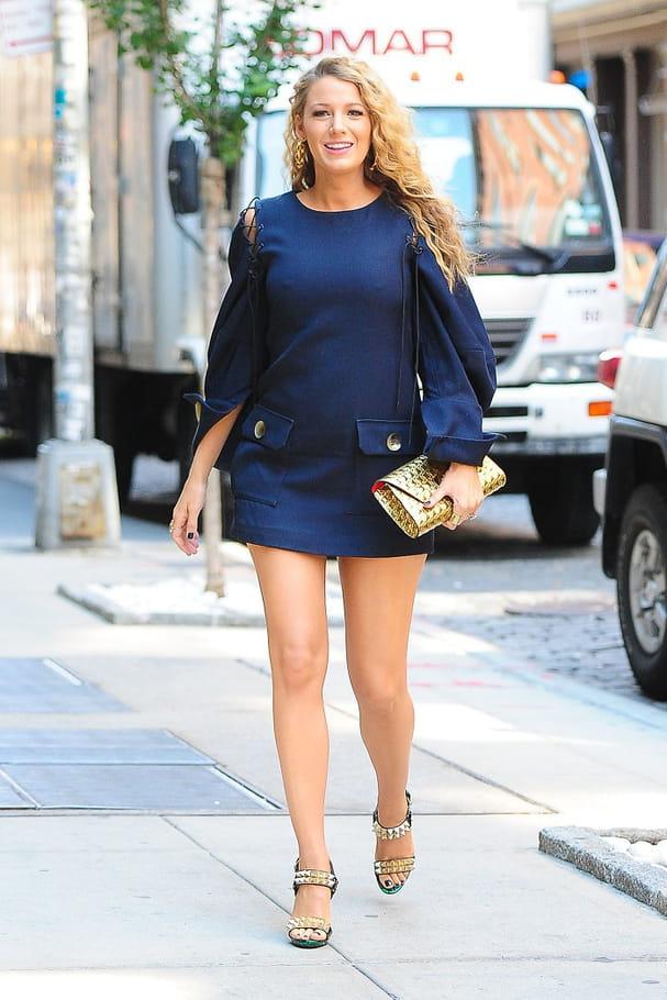 Une mini-robe bleue nuit pour Blake Lively