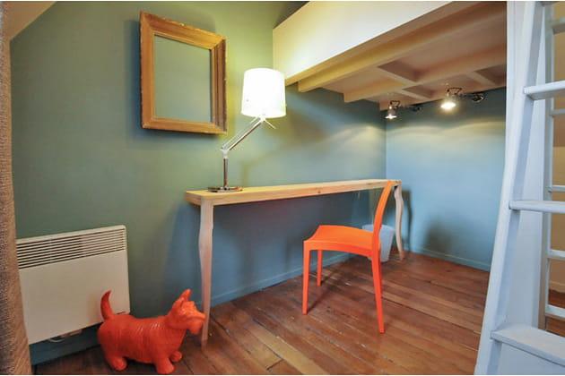 Bureau bleu et orange