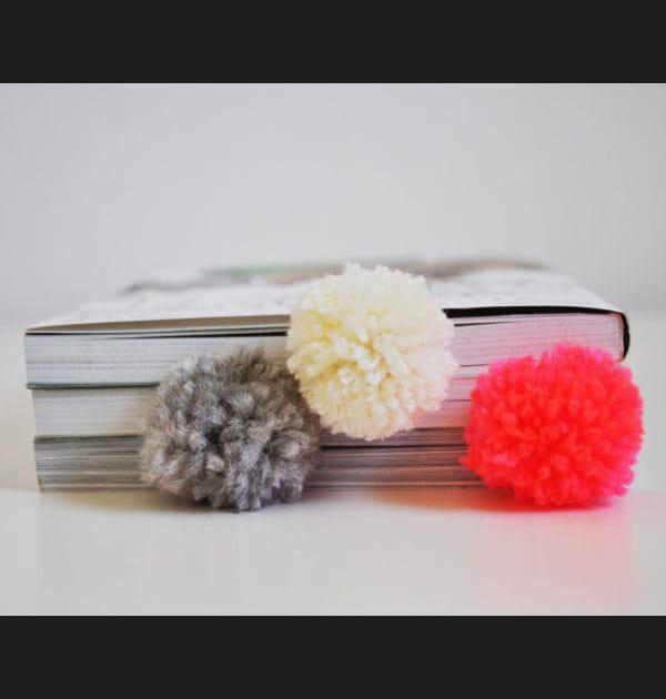 DIY: confectionner un pompon marque-page