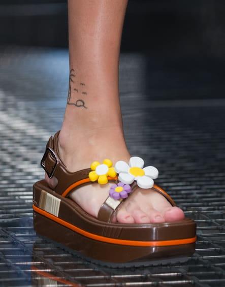 Les sandales à fleurs en plastique du défilé Prada